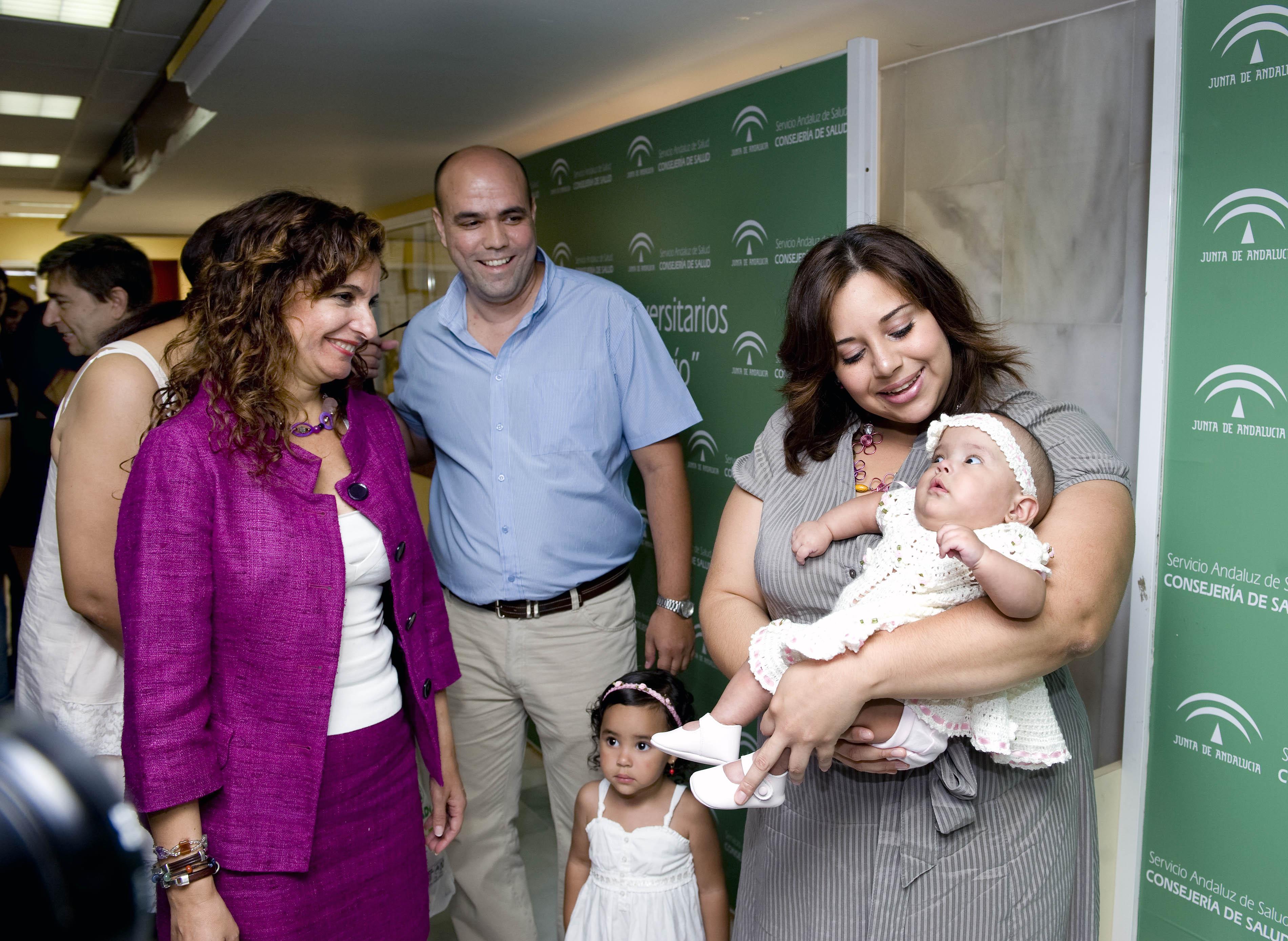 La consejera de salud, saludando a la familia de la pequeña María José