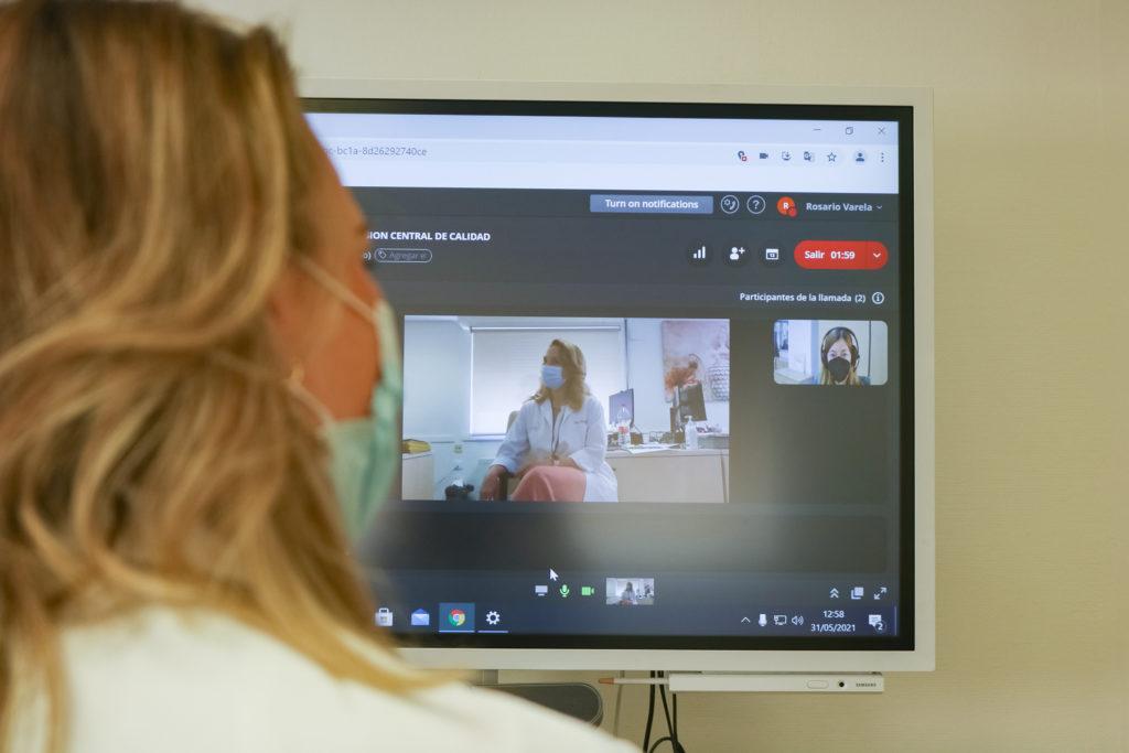 profesional asesorando a través de videoconferencia