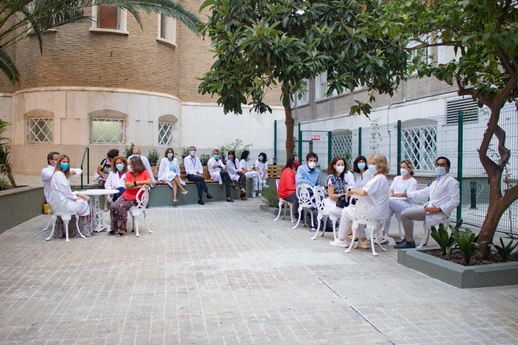 La delegada de Salud, respresentantes de asociaciones, equipo directivo y profesionales de Salud Mental en el nuevo patio exterior
