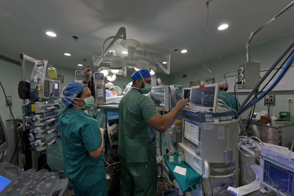 profesionales en una sala de hemodinámica
