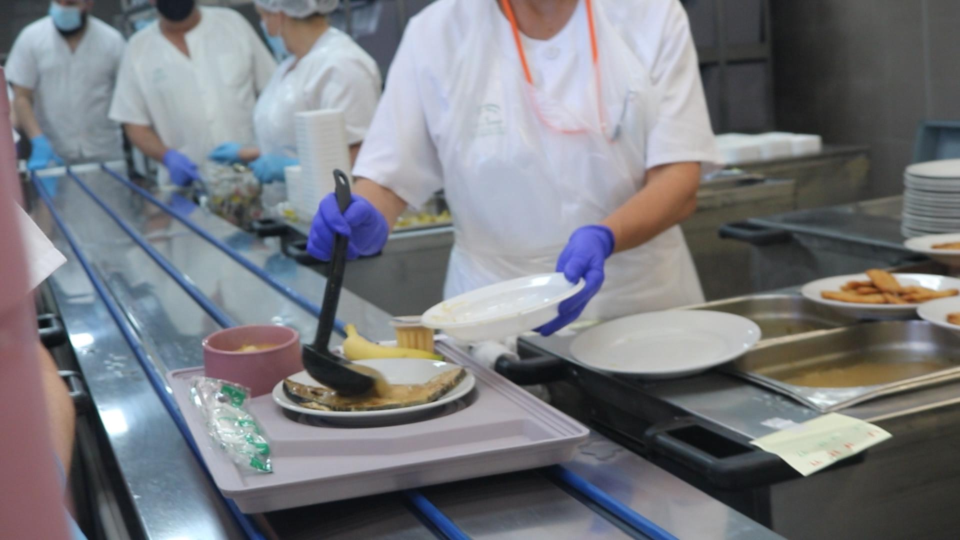 profesionales sirviendo platos